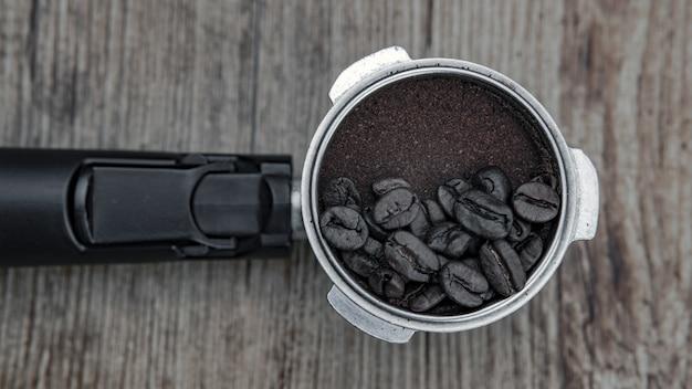Colpo del primo piano dei chicchi di caffè su una polvere di caffè - ottimo per lo sfondo o il blog Foto Gratuite