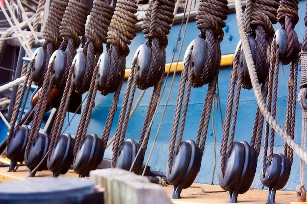 Colpo del primo piano delle costruzioni con funi utilizzate su una nave Foto Gratuite