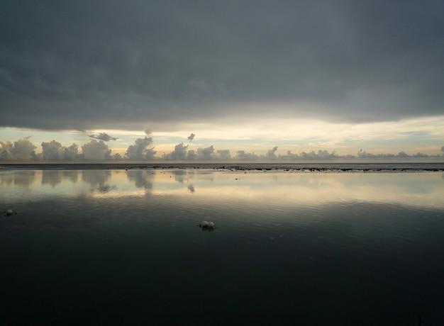 Un colpo di primo piano di nuvole scure che riflettono nel lago Foto Gratuite