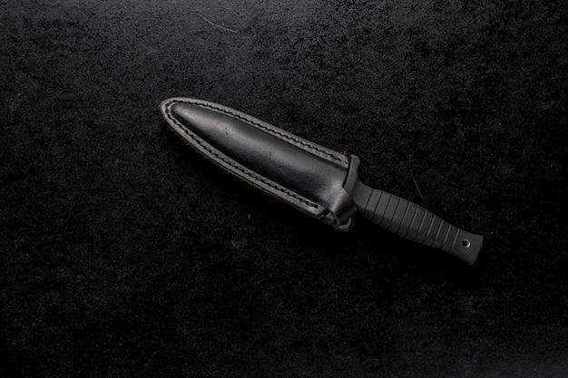 Colpo del primo piano di un coltello affilato fisso su un nero Foto Gratuite