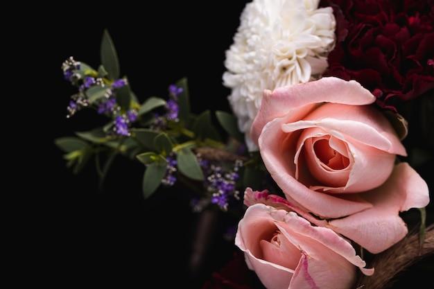 Colpo del primo piano di un lussuoso bouquet di rose rosa e dalie bianche e rosse Foto Gratuite