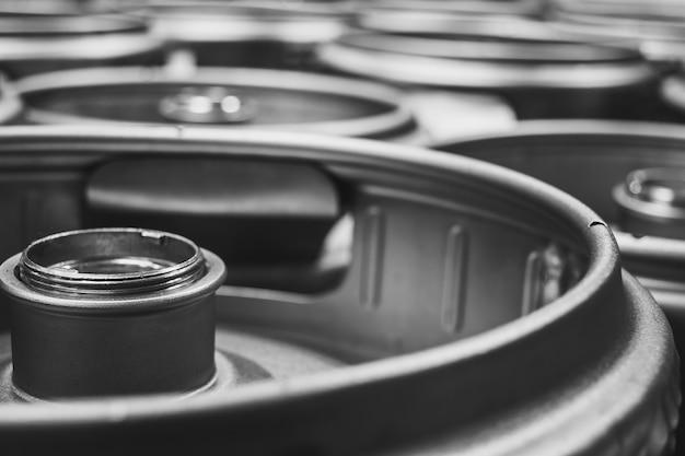 Colpo del primo piano di fusti di birra in metallo Foto Gratuite
