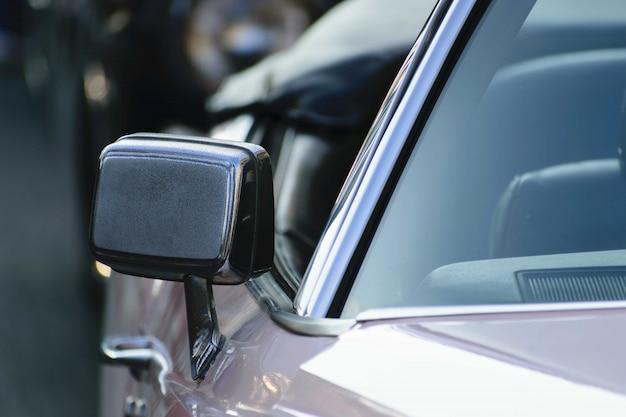 Colpo del primo piano dello specchio di un'auto metallica Foto Gratuite