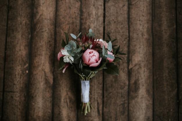 木製の表面に美しい花の花束のクローズアップショット 無料写真