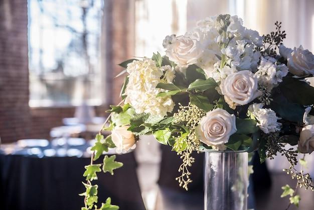 화려한 흰 장미와 아름다운 웨딩 부케의 근접 촬영 샷 무료 사진