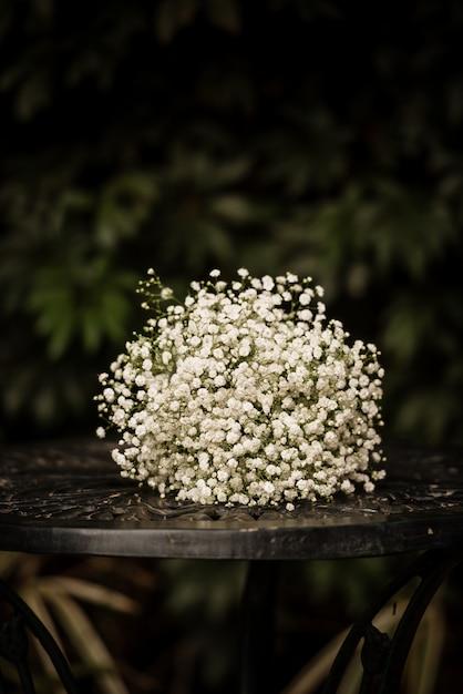 Съемка крупного плана красивого белого флористического букета для украшения свадьбы Бесплатные Фотографии