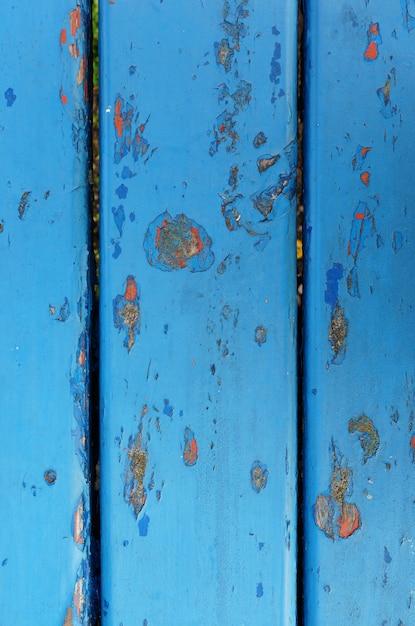 Снимок крупным планом синей обветренной ржавой металлической стены со сколами краски Бесплатные Фотографии