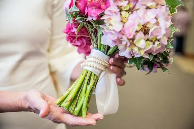 ピンクの色合いのさまざまな花から作られたブライダルフラワーブーケのクローズアップショット 無料写真