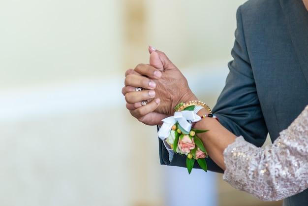 Крупным планом снимок невесты и жениха, взявшись за руки во время танца Бесплатные Фотографии