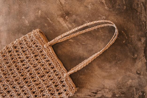 昼間の間に床に茶色のバッグのクローズアップショット 無料写真