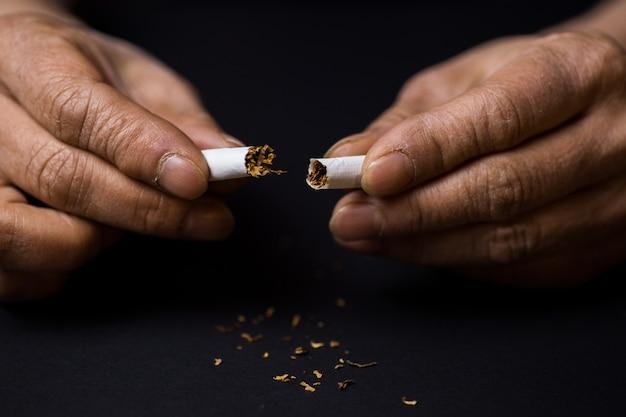 Крупным планом выстрелил сигарету в концепции наполовину бросить курить Бесплатные Фотографии