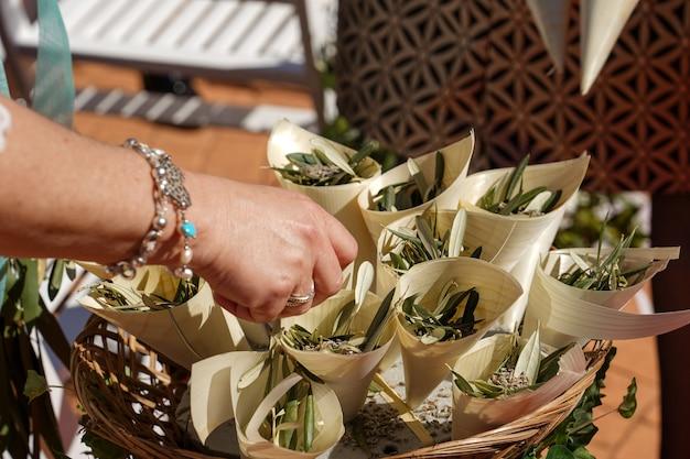 Крупным планом снимок женской руки, касающейся небольших свадебных цветочных букетов Бесплатные Фотографии