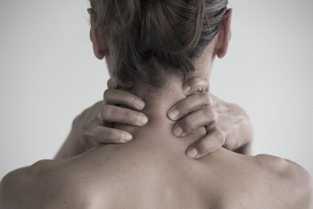 Снимок крупным планом женщины с болью в шее Бесплатные Фотографии