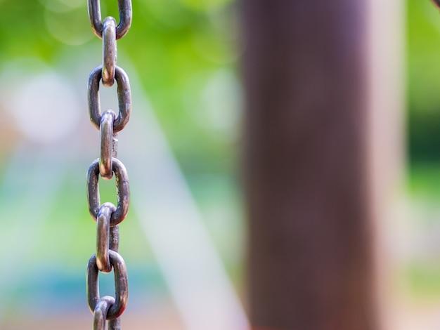 Крупным планом серые металлические качели цепи на детской площадке Бесплатные Фотографии