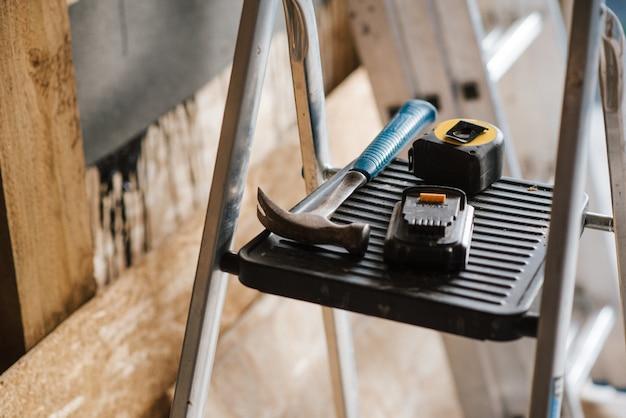주택 건설 중 계단에 험머와 도구의 근접 촬영 샷 무료 사진