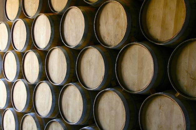多くの木製ワイン樽のクローズアップショット 無料写真