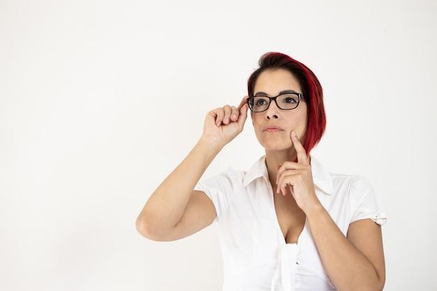 Снимок крупным планом рыжеволосой женщины средних лет, изолированной на белой стене Бесплатные Фотографии