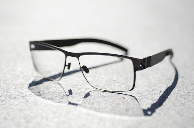 灰色の表面に眼鏡のクローズアップショット 無料写真