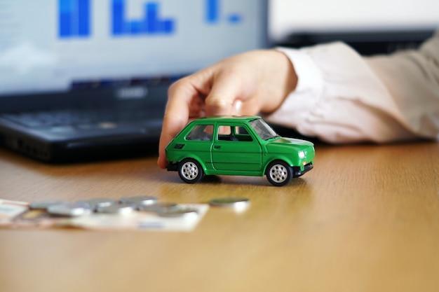 Снимок крупным планом человека, думающего о покупке нового автомобиля или продаже транспортного средства Бесплатные Фотографии