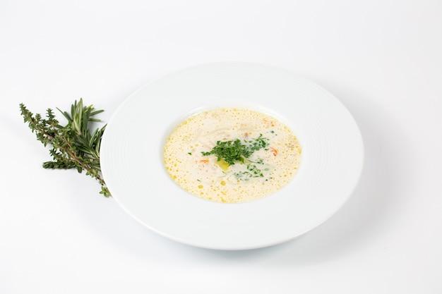 채소와 흰 수프 접시의 근접 촬영 샷 무료 사진