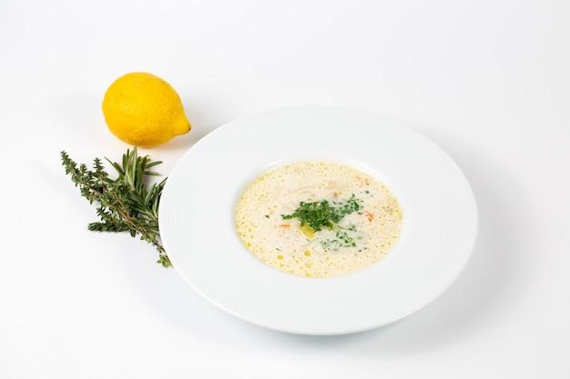 緑の白いスープとプレートのクローズアップショット 無料写真