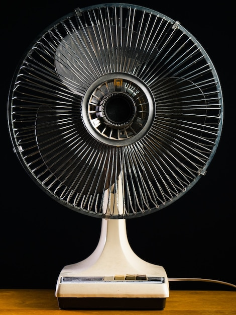Белый настольный вентилятор крупным планом на деревянном столе Бесплатные Фотографии