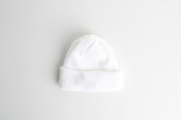 흰색 배경에 고립 된 흰색 양모 아기 모자의 근접 촬영 샷 무료 사진