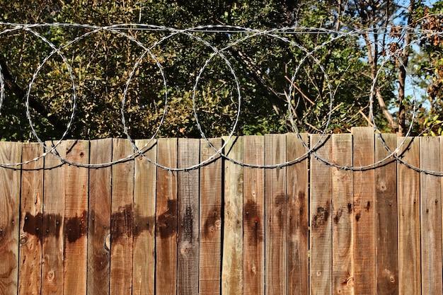 有刺鉄線で木製のフェンスのクローズアップショット 無料写真