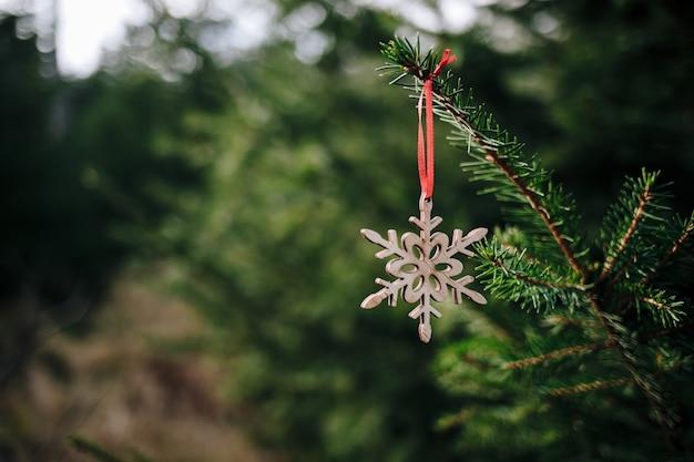 クリスマスツリーの木製フレークのクローズアップショット 無料写真