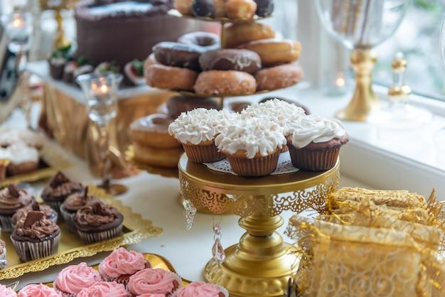 연회 테이블에 아름다운 맛있는 달콤한 간식의 근접 촬영 샷 무료 사진