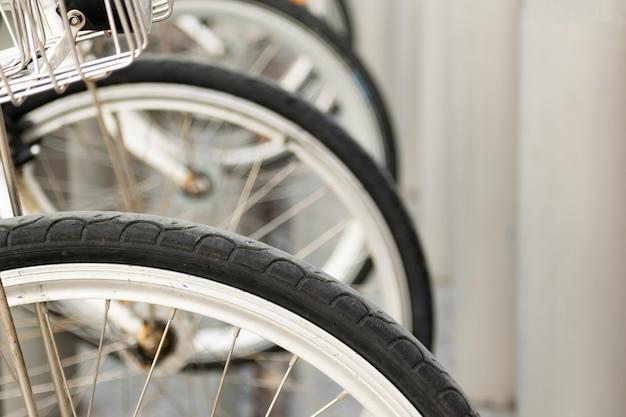 隣同士の自転車の車輪のクローズアップショット 無料写真