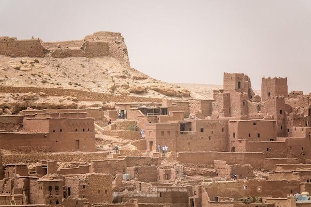 Снимок крупным планом зданий из бетона под солнцем в марокко Бесплатные Фотографии
