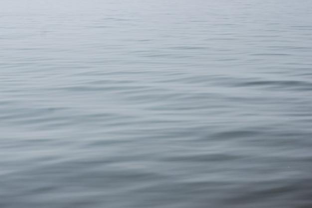 Снимок крупным планом спокойной волнистой чистой воды озера байкал, концепция спокойствия, чистая Premium Фотографии