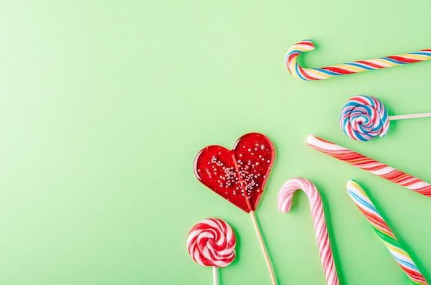 キャンディーと緑の背景にロリポップのクローズアップショット 無料写真