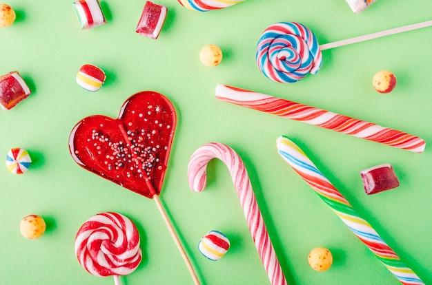 キャンディーと他のキャンディーのクローズアップショット 無料写真