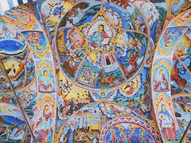 教会の壁の天井にキリスト教の宗教的なイメージのクローズアップショット 無料写真