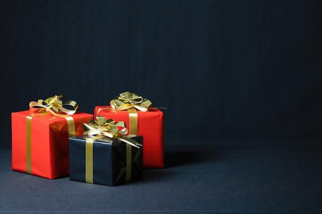 어두운 배경에 고립 된 크리스마스 선물 상자의 근접 촬영 샷 무료 사진