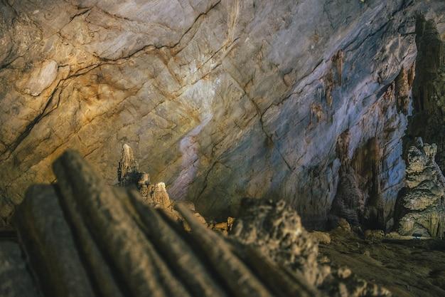 ベトナムの天国の洞窟の壁の層のクローズアップショット 無料写真