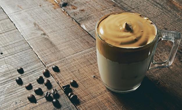 아이스 Dalgona 커피, 푹신한 크림 휘핑 커피의 근접 촬영 샷. 무료 사진