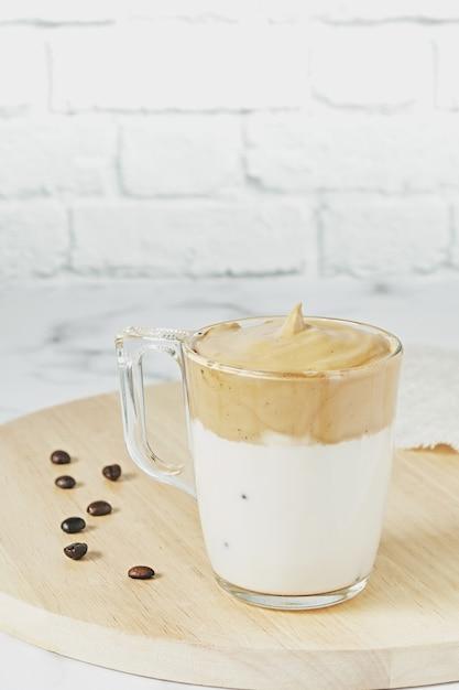 ふわふわのクリーミーなアイスダルゴナホイップコーヒーのクローズアップショット 無料写真
