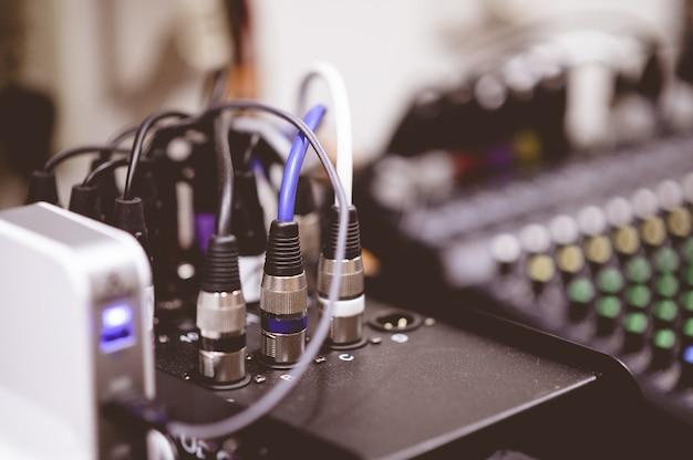 Снимок подключенных электронных кабелей крупным планом на размытом фоне Бесплатные Фотографии