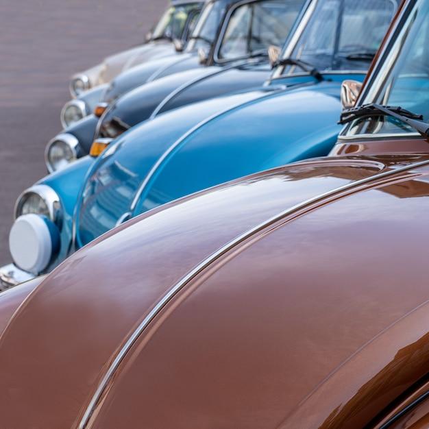 Снимок крупным планом нескольких автомобилей, припаркованных рядом друг с другом в дневное время Бесплатные Фотографии