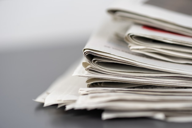 서로의 위에 쌓인 여러 신문의 근접 촬영 샷 무료 사진