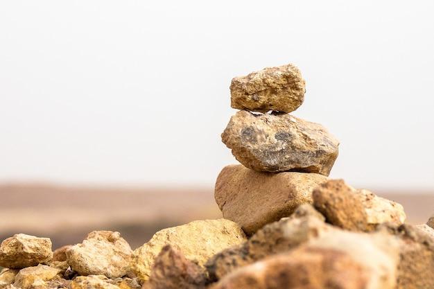 お互いの上にバランスの取れたいくつかの岩のクローズアップショット 無料写真