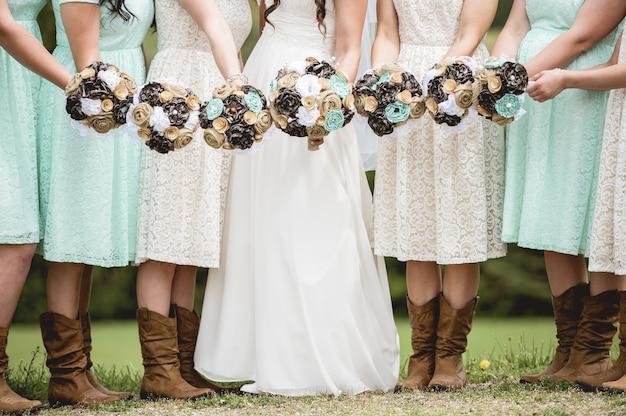 花嫁とブライドメイドが花を持ってのクローズアップショット 無料写真