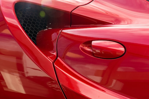 現代の赤い車のドアハンドルのクローズアップショット 無料写真