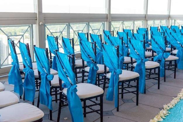 결혼식 장소에서 우아한 파란색 의자의 근접 촬영 샷 무료 사진