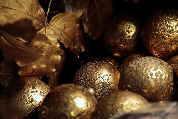 クリスマスツリーの黄金のつまらないもののクローズアップショット 無料写真