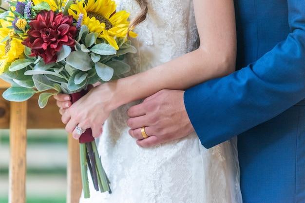 結婚式で後ろから花嫁を抱き締める新郎のクローズアップショット 無料写真