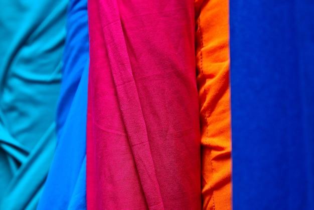 店内のカラフルな布や生地の山のクローズアップショット 無料写真